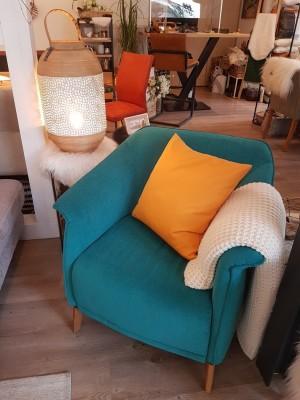 Ausstellung-Sessel-Blau-Kissen-Gelb-Decke-Laterne