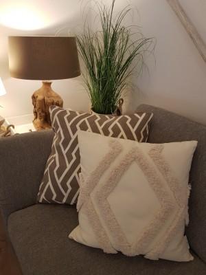 Ausstellung-Deko-Kissen-Grass-Lampe-Sofa
