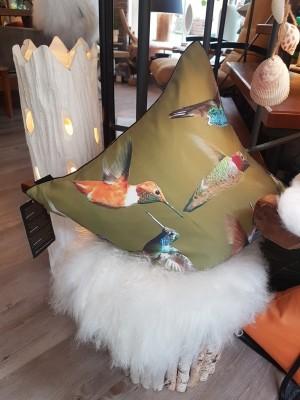 Deko-Ausstellung-Kissen-Kolibri-Hocker-Fell-Holzstamm-Lampe-Muschel