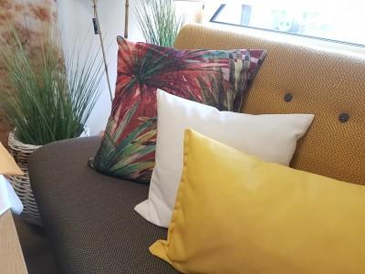 Deko-Ausstellung-Kissen-Gelb-Wei-Palmen-Bunt-Sofa-Pflanzen